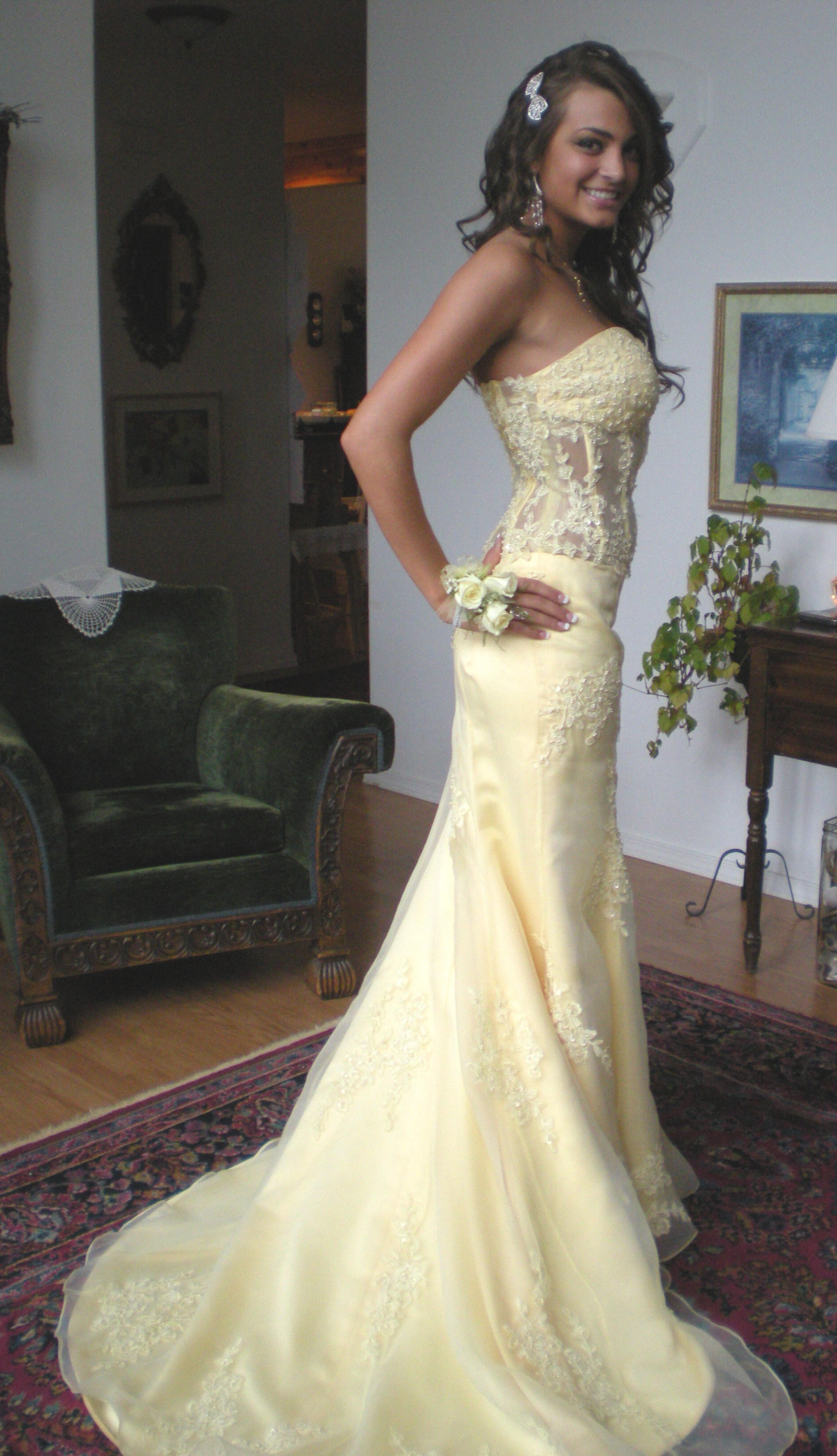 Distinct custom made princess scalloped edge applique side strape satin court train wedding yellow dress pwd 101